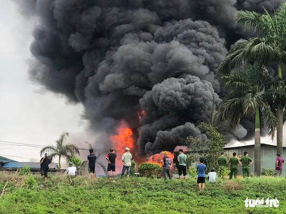 Hà Nội: Cháy dữ dội tại xưởng hóa chất ở Long Biên, thùng phuy bắn tung lên trời - Ảnh 3