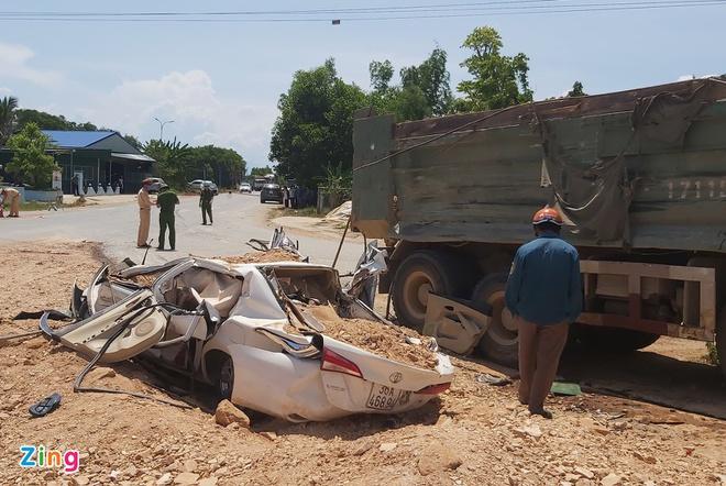 Tin tai nạn giao thông mới nhất ngày 5/6/2020: Hiện trường vụ xe Howo đè bẹp ôtô con, 3 người chết - Ảnh 1