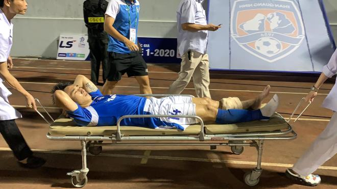 Tiền vệ CLB Quảng Ninh phải rời sân đi cấp cứu sau pha gãy chân - Ảnh 1
