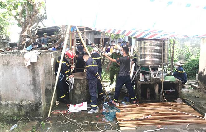Hiện trường cảnh sát vớt thi thể 2 bố con dưới giếng sâu 6 mét ở Thanh Hóa - Ảnh 1