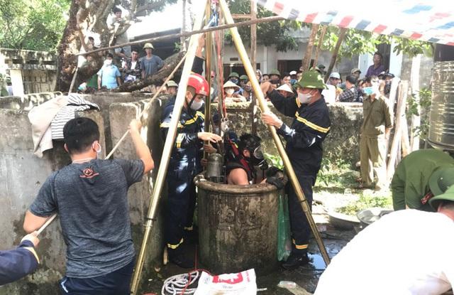 Hiện trường cảnh sát vớt thi thể 2 bố con dưới giếng sâu 6 mét ở Thanh Hóa - Ảnh 2