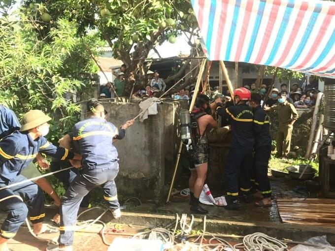 Hiện trường cảnh sát vớt thi thể 2 bố con dưới giếng sâu 6 mét ở Thanh Hóa - Ảnh 3