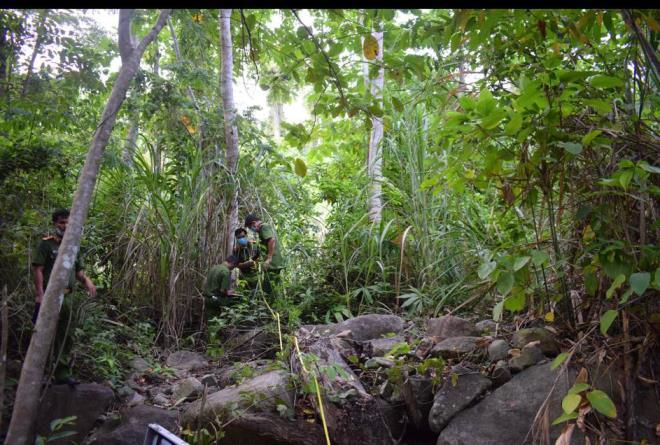Kinh hãi phát hiện thi thể đang phân hủy mạnh trong rừng già - Ảnh 1