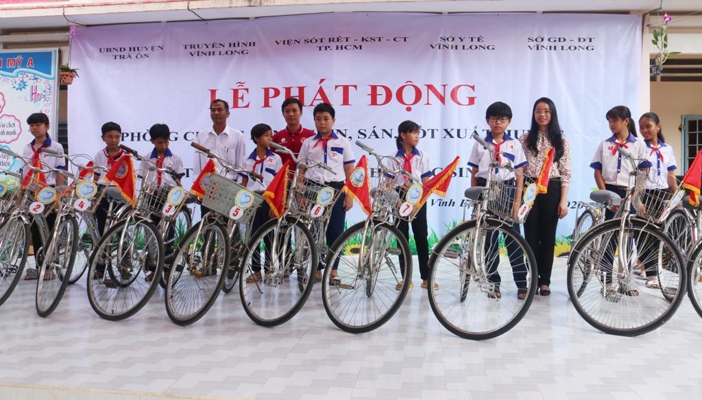 Tặng 50 xe đạp cho học sinh nghèo hiếu học tại Vĩnh Long - Ảnh 1