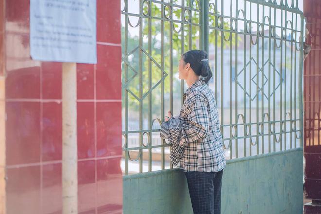 Xúc động hình ảnh mẹ chạy hớt hải giữa trời nắng nóng mang cho con giấy dự thi quên ở nhà - Ảnh 2