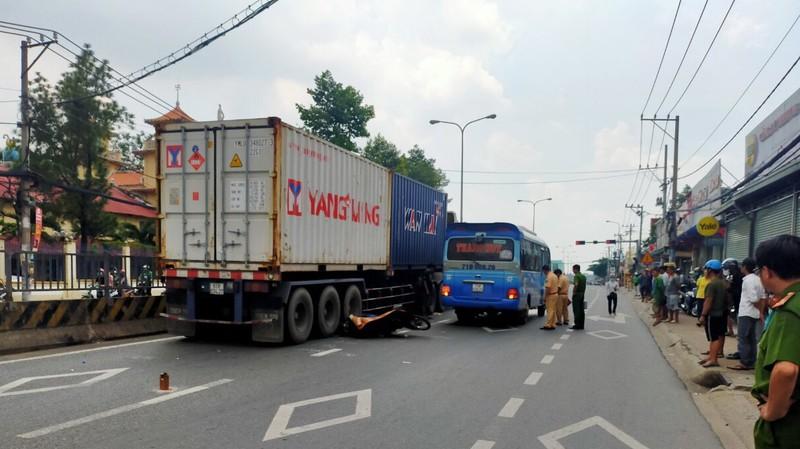 Tin tai nạn giao thông mới nhất ngày 20/7/2020: Tông đuôi xe khách rồi ngã gầm container, người đàn ông tử vong - Ảnh 1