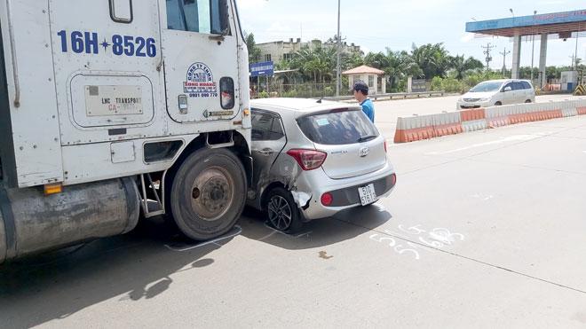 Tin tai nạn giao thông mới nhất ngày 20/7/2020: Tông đuôi xe khách rồi ngã gầm container, người đàn ông tử vong - Ảnh 2