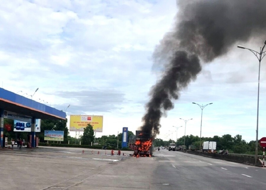 """Tin tai nạn giao thông mới nhất ngày 3/7: Xe máy """"kẹp"""" 3 va chạm ô tô tải, 2 người chết ở Vĩnh Phúc - Ảnh 2"""