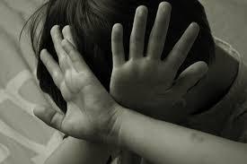 Đang chơi một mình trong nhà, bé gái bị gã trai lạ mặt bế lên - Ảnh 1