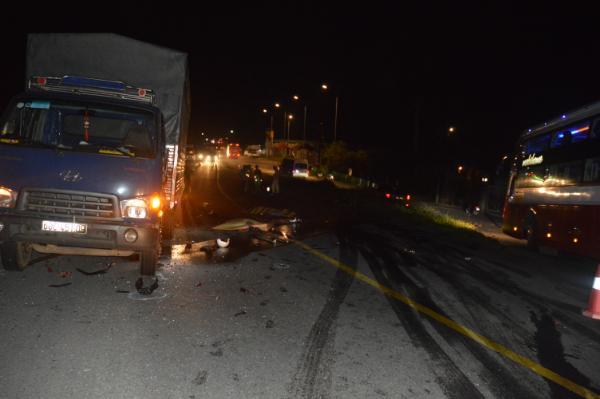 Tin tai nạn giao thông mới nhất ngày 21/7/2020: Xe máy tông trực diện ô tô tải, 2 thanh niên tử vong thương tâm - Ảnh 1