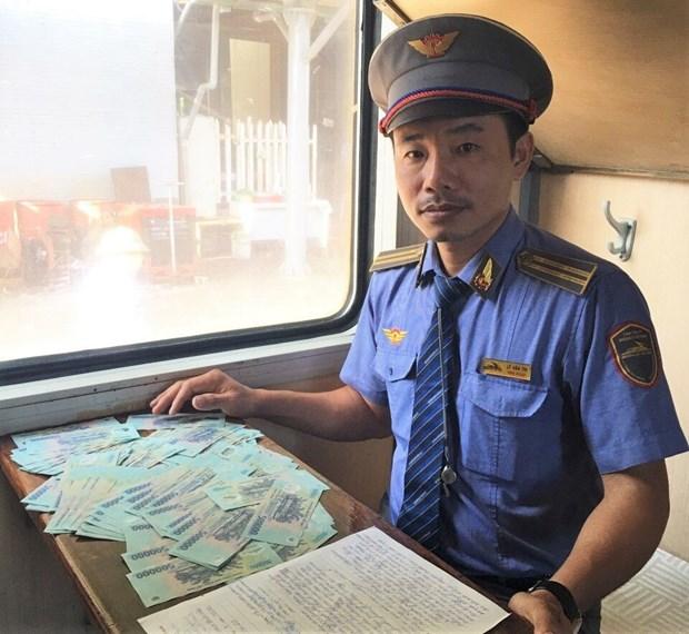 Bộ trưởng gửi thư khen nhân viên đường sắt trả lại bọc tiền 100 triệu đồng cho khách - Ảnh 1