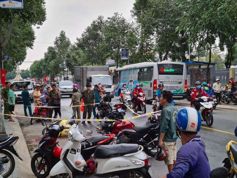 Tin tai nạn giao thông mới nhất ngày 23/7/2020: Thi thể nam thanh niên dính chặt vào đuôi ô tô tải sau tai nạn - Ảnh 2