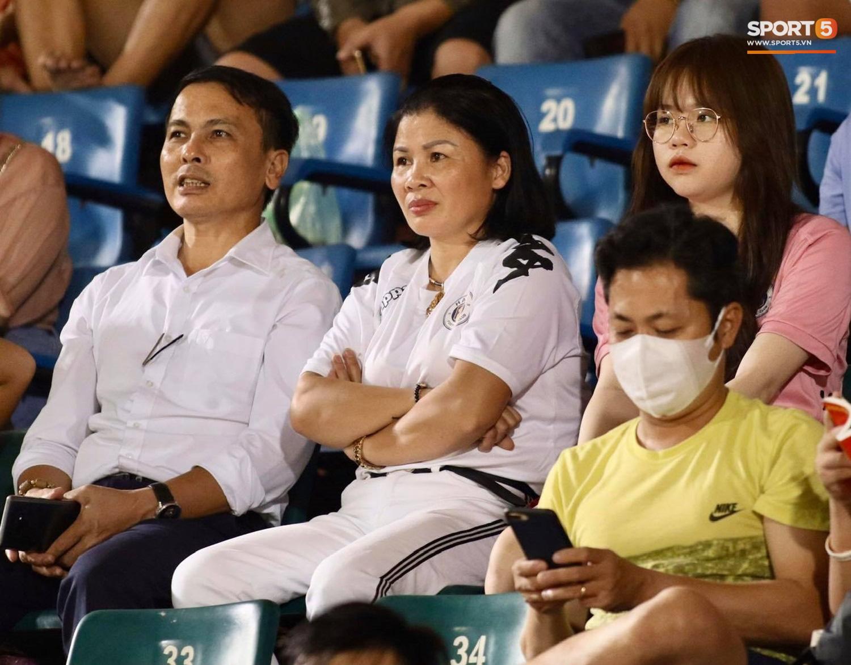 Nhan sắc các nàng WAGs trên khán đài: Vợ Công Phượng kín đáo, người yêu Quang Hải rạng rỡ - Ảnh 1