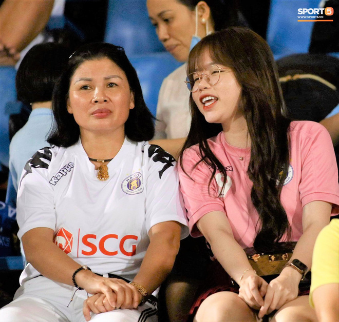 Nhan sắc các nàng WAGs trên khán đài: Vợ Công Phượng kín đáo, người yêu Quang Hải rạng rỡ - Ảnh 2