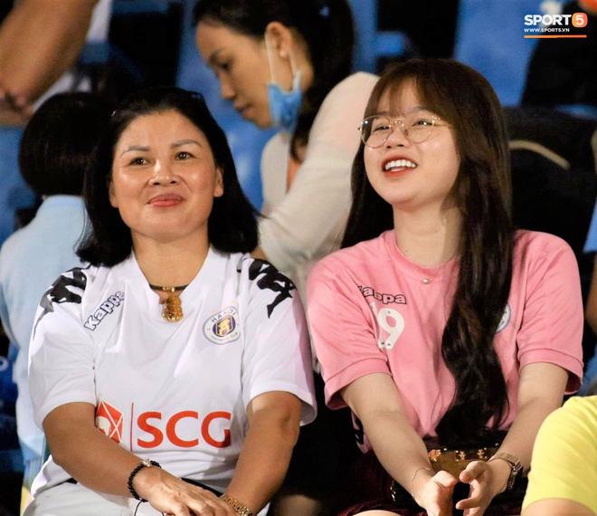 Nhan sắc các nàng WAGs trên khán đài: Vợ Công Phượng kín đáo, người yêu Quang Hải rạng rỡ - Ảnh 3