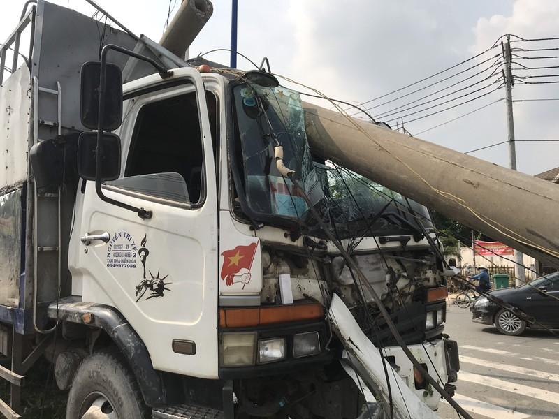 Tin tai nạn giao thông mới nhất ngày 26/7/2020: Xe đầu kéo đâm ô tô khách, 2 người tử vong tại chỗ - Ảnh 1