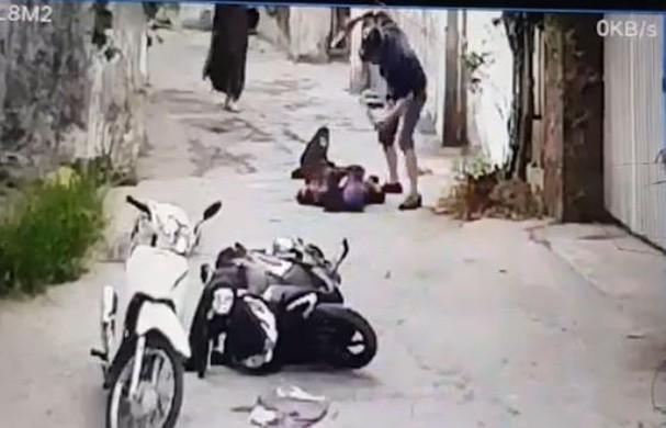 Vụ người phụ nữ bị đâm chết trên đường đi chợ: Camera ghi hình ảnh nạn nhân bị truy sát - Ảnh 1