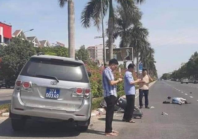 """Bức ảnh """"3 cán bộ đứng bấm điện thoại mặc cô gái nằm giữa đường"""" sau tai nạn: Người trong cuộc nói gì? - Ảnh 1"""