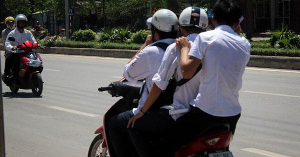 """Khi nào được """"kẹp 3"""" trên xe máy tham gia giao thông? - Ảnh 1"""