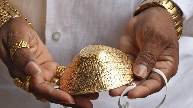 Người đàn ông đeo khẩu trang vàng 4.000 USD để chống Covid-19 là ai? - Ảnh 1