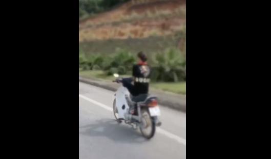 Nữ sinh 15 tuổi đầu trần lái xe máy bằng chân ở Tuyên Quang - Ảnh cắt từ clip
