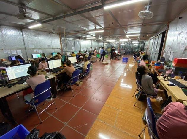Đột kích kho hàng lậu hơn 10.000m2, 40 nhân viên chốt đơn ở Lào Cai: Hé lộ bất ngờ về chủ kho - Ảnh 1