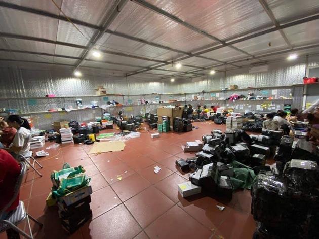 Đột kích kho hàng lậu hơn 10.000m2, 40 nhân viên chốt đơn ở Lào Cai: Hé lộ bất ngờ về chủ kho - Ảnh 2