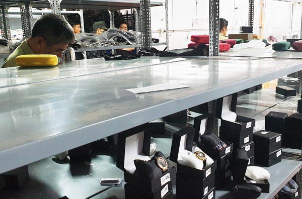 Đột kích kho hàng lậu hơn 10.000m2 ở Lào Cai: Hơn 30.000 đơn hàng, doanh thu 10 tỷ/ tháng - Ảnh 1