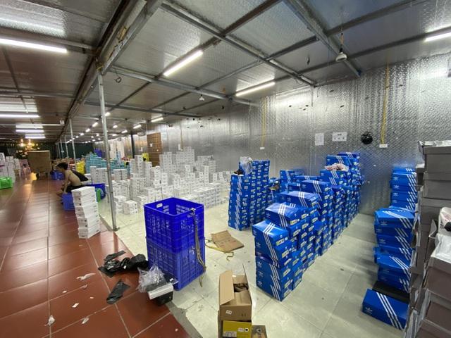 Đột kích kho hàng lậu hơn 10.000m2 ở Lào Cai: Hơn 30.000 đơn hàng, doanh thu 10 tỷ/ tháng - Ảnh 2