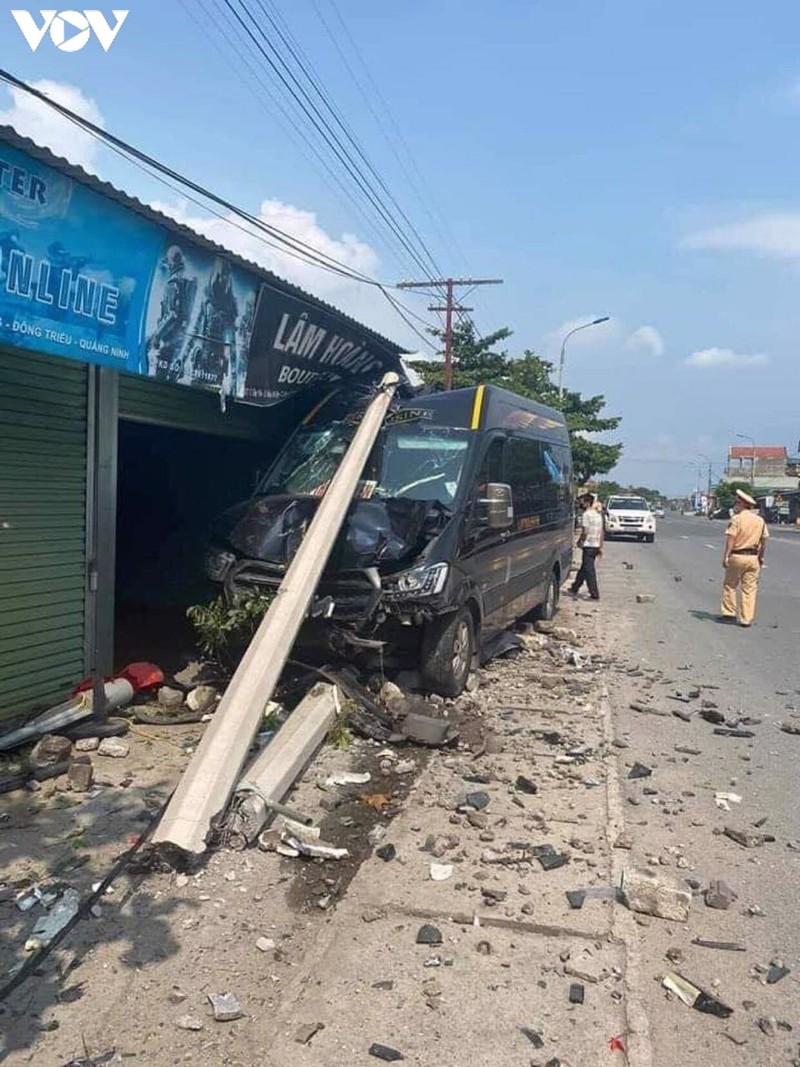 Tin tai nạn giao thông mới nhất ngày 25/8/2020: Nữ cán bộ ngân hàng tử vong sau va chạm với container - Ảnh 2