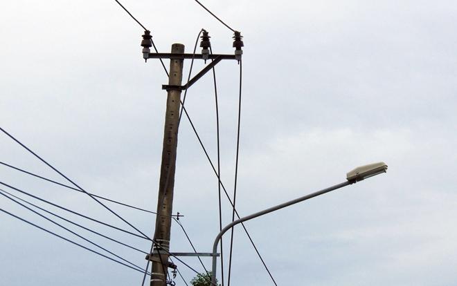 Hiện trường ám ảnh vụ cô gái gục chết sau tiếng nổ: Thủng thân cây, đứt dây điện cao thế - Ảnh 4