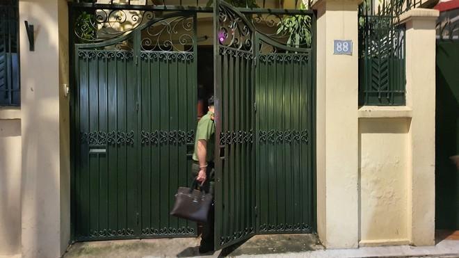 Hình ảnh công an khám xét nhà riêng Chủ tịch TP Hà Nội Nguyễn Đức Chung - Ảnh 6
