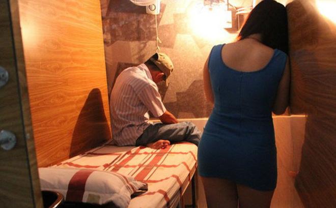 """Nữ tiếp viên quán cà phê """"Ngọc Châu"""" không mảnh vải che thân kích dục cho khách - Ảnh 1"""