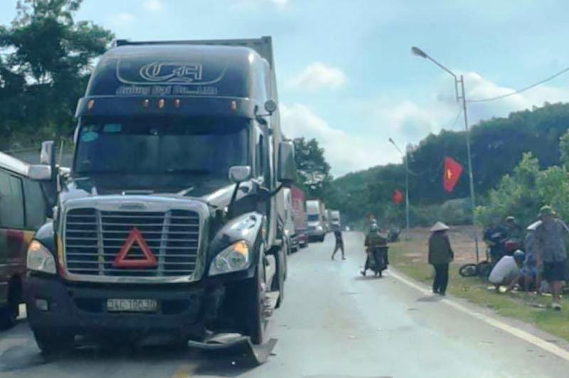 Tin tai nạn giao thông mới nhất ngày 14/9/2020: Vợ tử vong, chồng nguy kịch sau va chạm với container - Ảnh 1