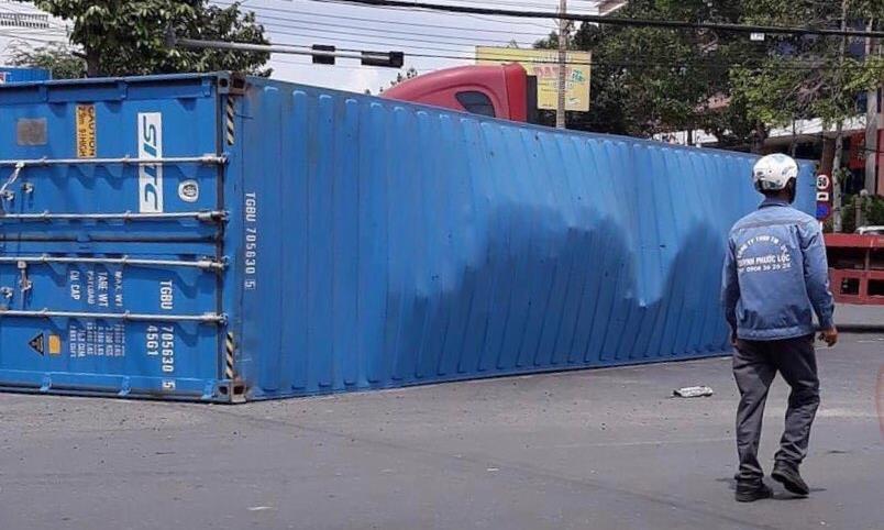 Tin tai nạn giao thông mới nhất ngày 14/9/2020: Vợ tử vong, chồng nguy kịch sau va chạm với container - Ảnh 2