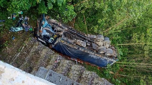 Tin tai nạn giao thông mới nhất ngày 15/9/2020: Xe tải lao xuống vực ở Thanh Hóa, 1 người chết - Ảnh 1