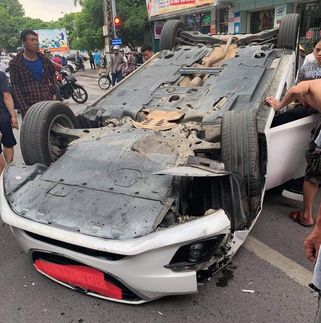 Tin tai nạn giao thông mới nhất ngày 15/9/2020: Xe tải lao xuống vực ở Thanh Hóa, 1 người chết - Ảnh 2
