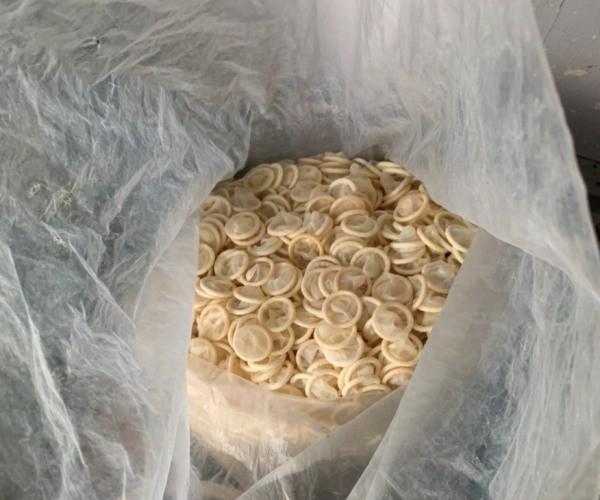 """Bắt quả tang nữ 8X gom gần 4 tạ bao cao su đã sử dụng về tái chế: Bí ẩn """"người vận chuyển"""" - Ảnh 1"""