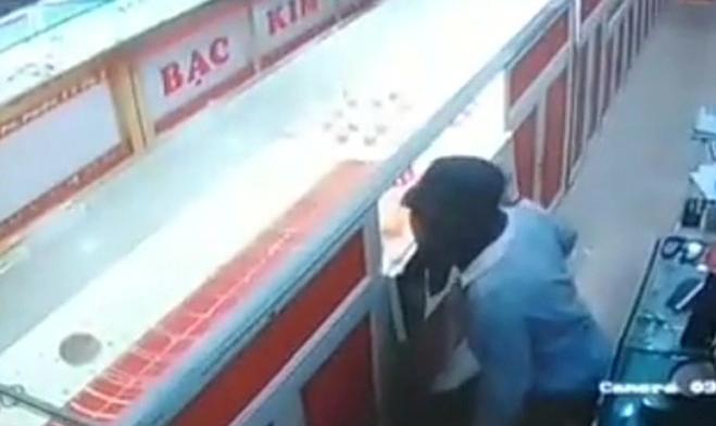 Vụ nam sinh 14 tuổi cải trang thành nữ trộm tiệm vàng ở Thanh Hóa: Bố mẹ nghi phạm sốc khi nhận tin - Ảnh 2