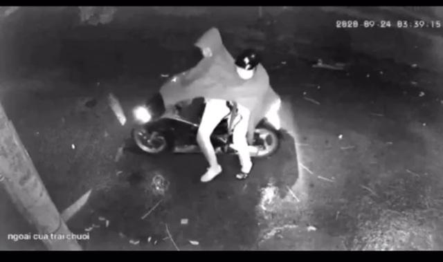 Vụ 2 người mặc áo mưa nghi nổ súng vào nhà dân trong đêm: Camera lưu được hình ảnh gì? - Ảnh 1