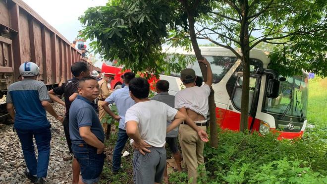 Tin tai nạn giao thông mới nhất ngày 30/9/2020: Tàu hỏa tông ô tô chở gần 40 học sinh ở Hà Nội - Ảnh 1