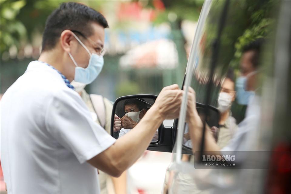 Ông Đoàn Ngọc Hải diện sơ mi trắng, đi dép tổ ong, đích thân lái xe chở bệnh nhân nghèo từ Hà Nội về Hà Giang - Ảnh 3