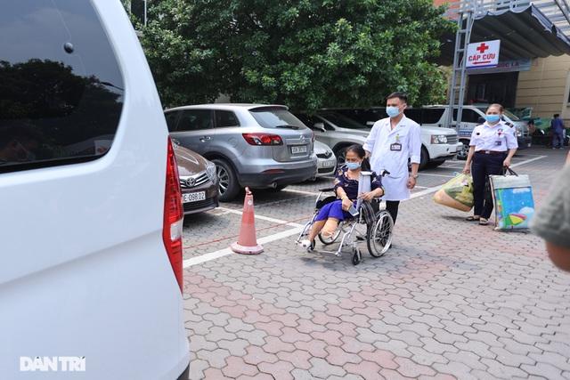 Ông Đoàn Ngọc Hải diện sơ mi trắng, đi dép tổ ong, đích thân lái xe chở bệnh nhân nghèo từ Hà Nội về Hà Giang - Ảnh 7