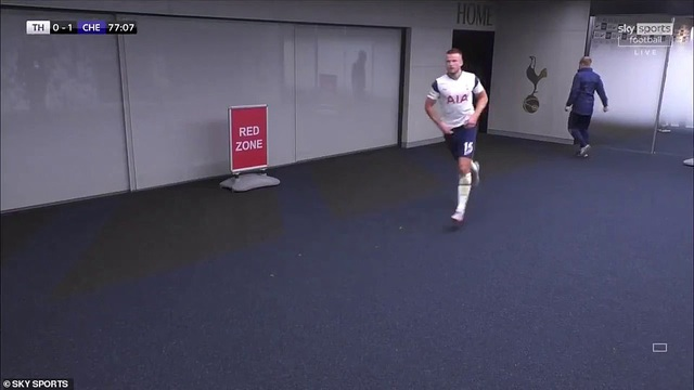 Cầu thủ Tottenham đi vệ sinh quá lâu, HLV Mourinho chạy vào đường hầm gọi học trò ra thi đấu - Ảnh 1