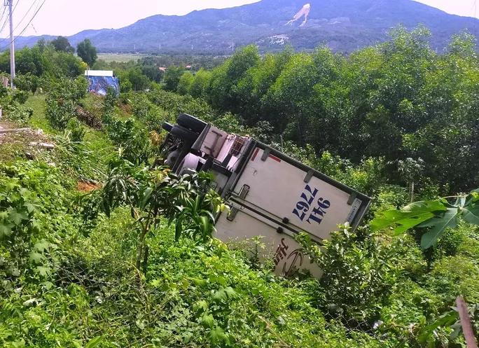 Tin tai nạn giao thông mới nhất ngày 1/10/2020: Dừng xe đi vệ sinh, tài xế chính ô tô của mình tụt dốc tông chết - Ảnh 1