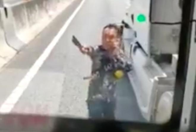 Lộ diện tài xế container cầm dao chặt gương xe khách trên cao tốc TP.HCM - Trung Lương - Ảnh 1