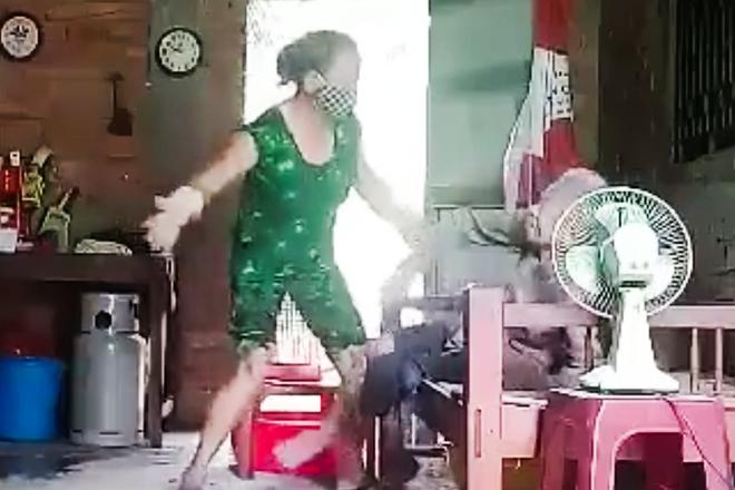 Vụ clip con gái đánh đập, đổ rác lên đầu mẹ: Người mẹ già 88 tuổi đã qua đời - Ảnh 1