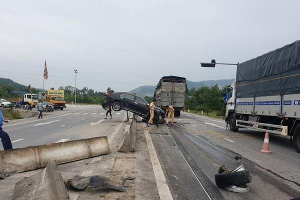 Tin tai nạn giao thông mới nhất ngày 10/9/2020: Container tông gãy lan can cầu rồi rơi xuống suối - Ảnh 2