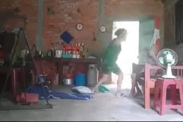 Vụ clip cụ bà 88 tuổi bị con gái đánh đập, đổ rác lên đầu: Bản án lương tâm dai dẳng - Ảnh 1