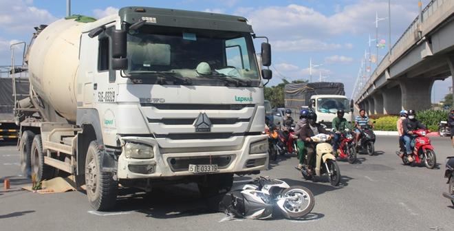 Tin tai nạn giao thông ngày 12/1: Nữ bảo vệ tử vong thương tâm dưới bánh xe bồn - Ảnh 1